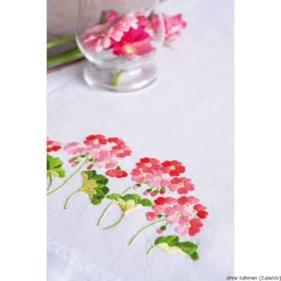 flores rojas y sosas con hojas bordadas para decorar la mesa