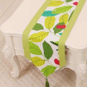camino de mesa verde con hojas