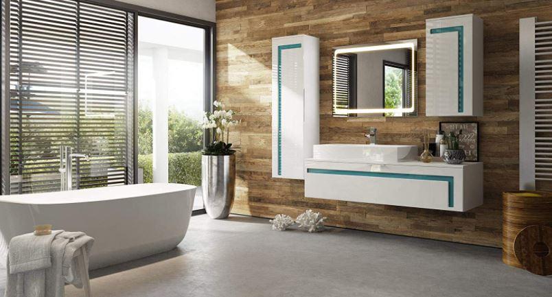 Un baño grande decorado con un pequeño conjunto de muebles de baño moderno y un diseño muy especial.