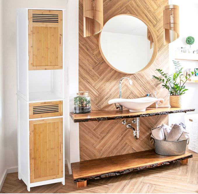 Cuarto de baño rústico con espejo redondo de madera, pared de madera, encimera natural y columna de baño a juego.